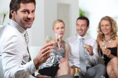 Amis grillant avec le champagne Photographie stock libre de droits