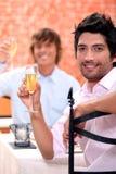 Amis grillant avec le champagne Photos libres de droits