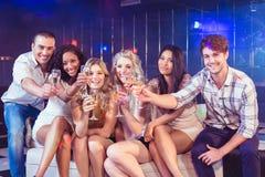 Amis grillant avec le champagne Image libre de droits