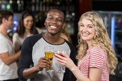 Amis grillant avec le cocktail et la bière Photographie stock libre de droits