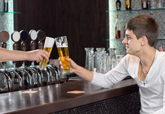 Amis grillant comme ils apprécient une pinte de bière Photos libres de droits