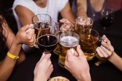 Amis grillant des boissons à la boîte de nuit Images libres de droits