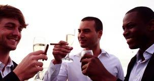 Amis grillant des cannelures de champagne banque de vidéos