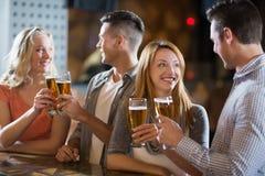 Amis grillant des verres de bière Images libres de droits