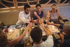 Amis grillant des verres de champagne dans le restaurant Photos libres de droits