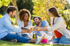 Amis grillant des verres de vin tout en prenant le petit déjeuner Image stock