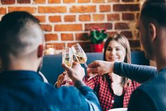 Amis grillant ensemble dans un restaurant, Image stock