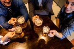 Amis grillant la bière au restaurant Photo stock