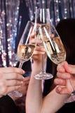 Amis grillant le champagne à la boîte de nuit Photo stock