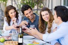 Amis grillant le verre de vin Photos libres de droits