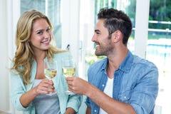 Amis grillant le vin blanc Images libres de droits