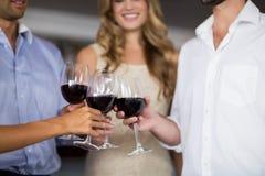 Amis grillant le vin rouge Photos stock