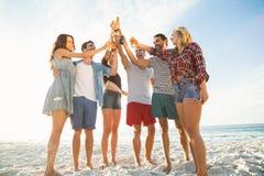Amis grillant sur la plage Photos libres de droits
