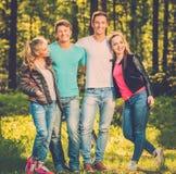 amis heureux à l'extérieur Photo stock