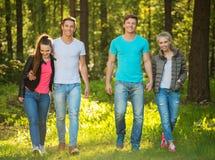 amis heureux à l'extérieur Photos libres de droits