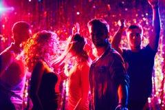 Amis heureux à la disco Photo libre de droits
