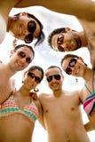 Amis heureux à la plage Photos libres de droits