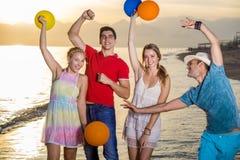 Amis heureux à la plage avec des ballons Photographie stock