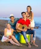 Amis heureux à la plage regardant l'appareil-photo Images stock
