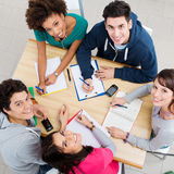 Amis heureux étudiant ensemble Images stock