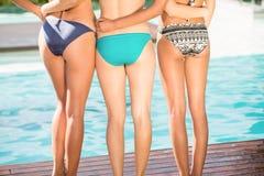 Amis heureux appréciant à la piscine Photographie stock