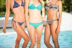 Amis heureux appréciant à la piscine Images stock