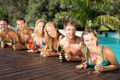 Amis heureux appréciant à la piscine Photos stock