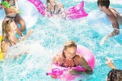 Amis heureux appréciant dans la piscine Photo stock