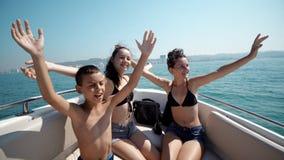 Amis heureux appréciant des vacances d'été Images stock