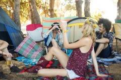 Amis heureux appréciant ensemble au terrain de camping Image libre de droits