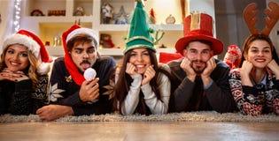Amis heureux appréciant ensemble pour Noël Photographie stock libre de droits