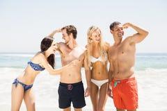 Amis heureux appréciant ensemble sur la plage Photographie stock libre de droits