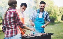 Amis heureux appréciant la partie de barbecue Photographie stock
