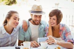 Amis heureux appréciant le café ensemble Images stock