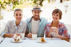 Amis heureux appréciant le café ensemble Photo stock
