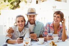 Amis heureux appréciant le café ensemble Photographie stock