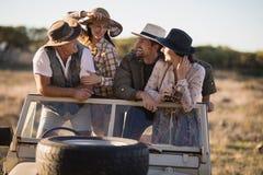 Amis heureux appréciant pendant des vacances de safari Photo libre de droits