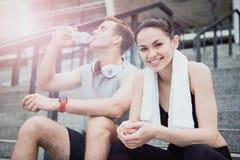 Amis heureux attendant leur formation de sport Photo libre de droits