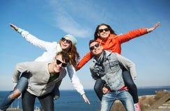 Amis heureux aux nuances ayant l'amusement dehors Photographie stock