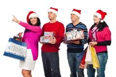 Amis heureux avec des achats de Noël Photographie stock