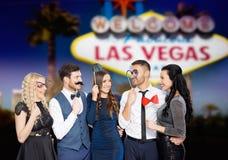 Amis heureux avec des appui verticaux de partie à Las Vegas Photos libres de droits