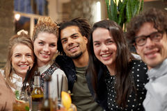 Amis heureux avec des boissons à la barre ou au café Photos libres de droits
