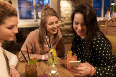 Amis heureux avec des boissons au restaurant Image stock