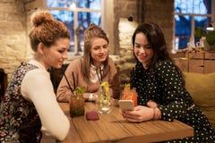 Amis heureux avec des boissons au restaurant Photographie stock libre de droits