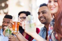 Amis heureux avec des boissons au restaurant Photo libre de droits