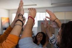 Amis heureux avec des bras augmentés Image stock