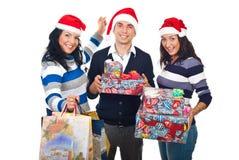 Amis heureux avec des cadeaux de Noël Photos stock