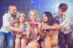 Amis heureux avec des cocktails Photo libre de droits