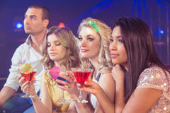 Amis heureux avec des cocktails Photo stock