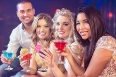 Amis heureux avec des cocktails Photos stock